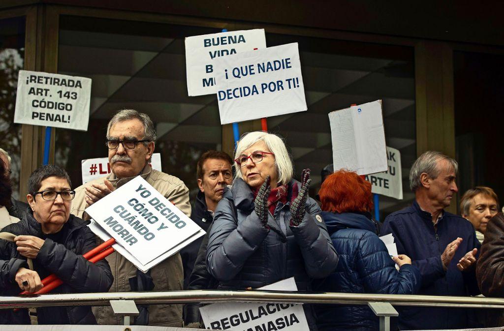 Es geht um Sterbehilfe: Anhänger des kurzfristig festgenommenen Spaniers Ángel Hernández protestieren vor einem Madrider Gericht. Foto: AP
