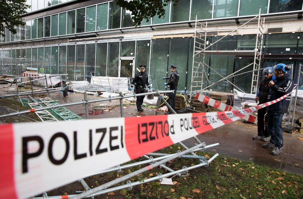 Ein Passant wird unter einem umstürzenden Baugerüst begraben. Die Polizei ist vor Ort an der Unglücksstelle in Hamburg. Foto: dpa