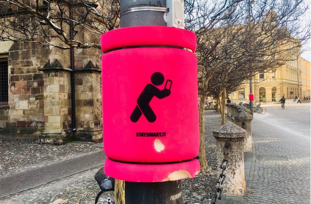 Schutzmaßnahme gegen unaufmerksame Handy-Benutzer in Bozen, Südtirol. Foto: Lichtgut/Leif Piechowski