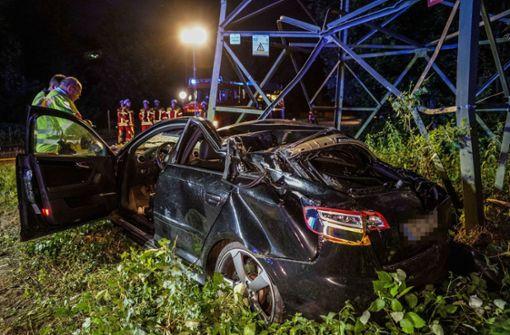 Auto beschädigt Strommast