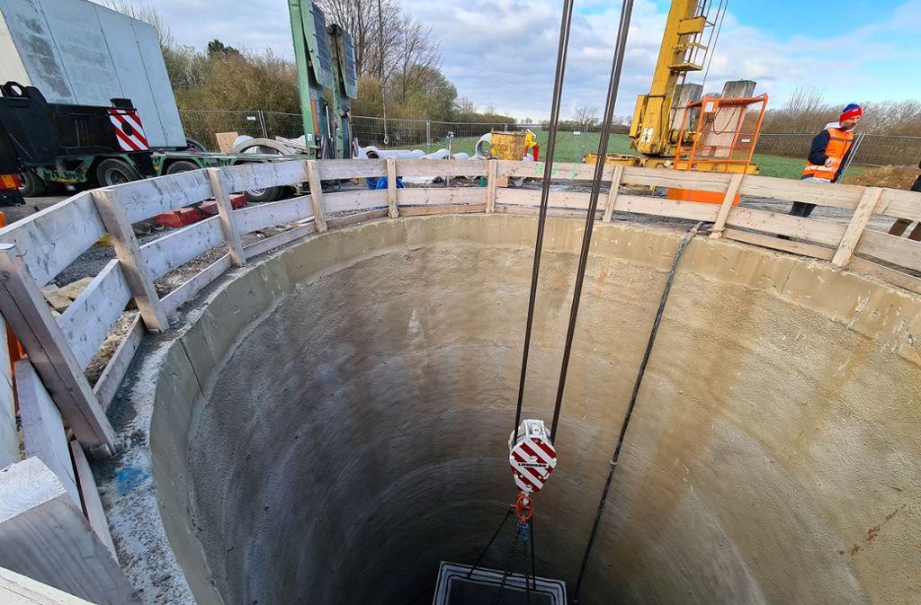 Fast 17 Meter tief ist der Schacht für den Anschluss an die Hauptabwasserleitung. Foto: Patricia Sigerist