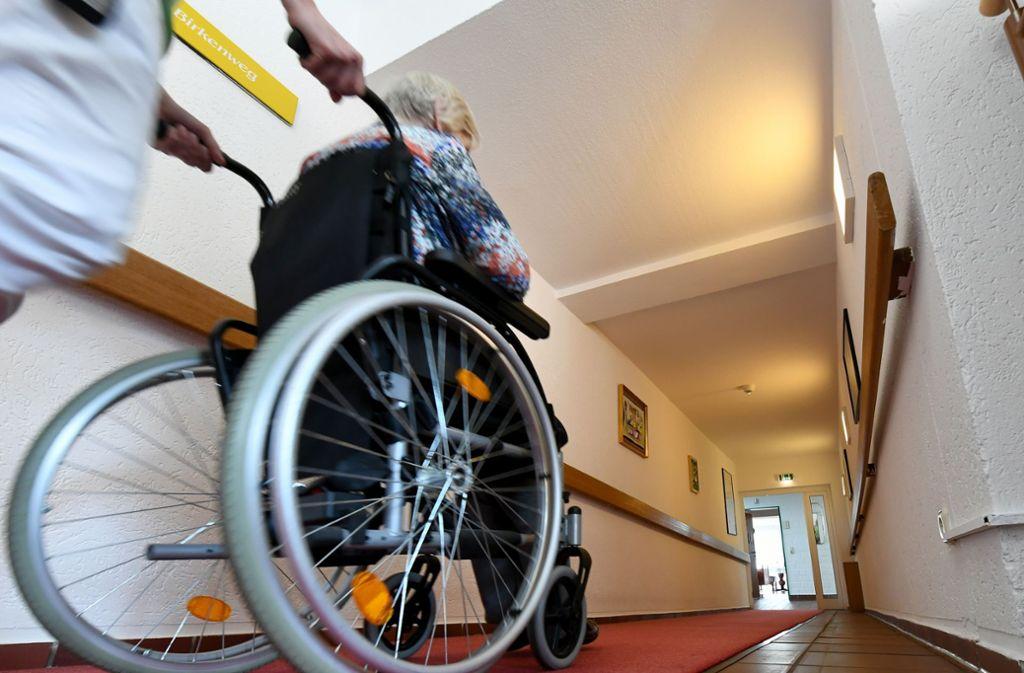 Die Pflegerin soll mehrere demenzkranke Seniorinnen missbraucht haben (Symbolbild). Foto: dpa/Holger Hollemann