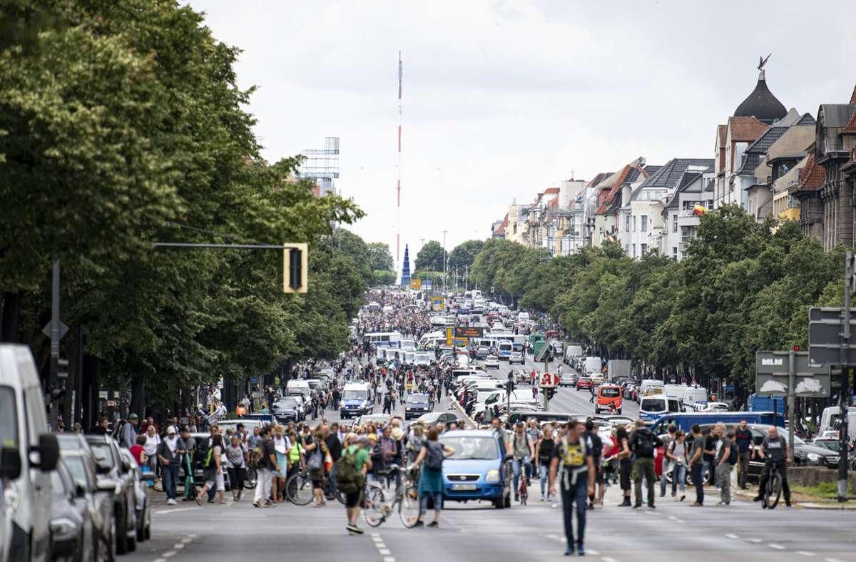 Ein Mann ist bei den Demos in Berlin kollabiert und anschließend gestorben. Foto: dpa/Fabian Sommer