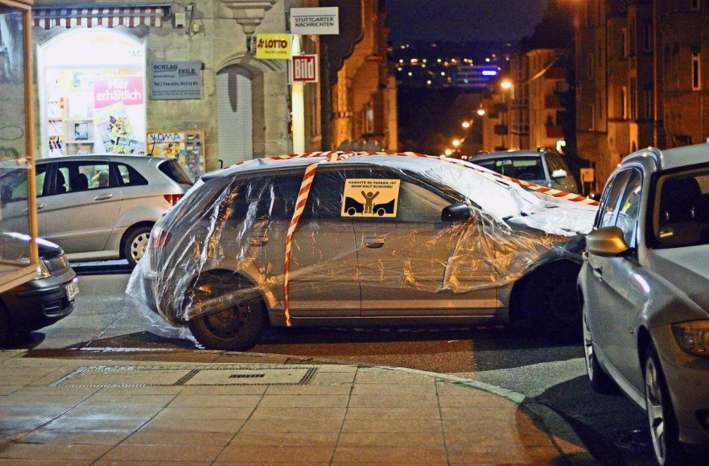 Auch dieses in der Kurve einer Kreuzung abgestellte Auto wurde von den Verpackungskünstlern ins Visier genommen Foto: privat