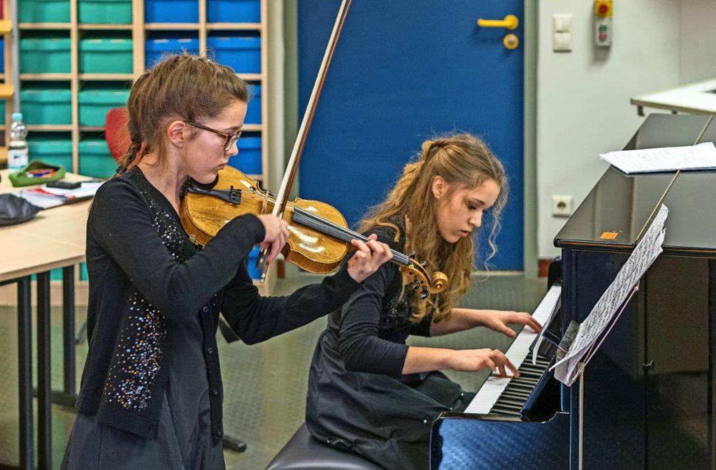 Lucie (Violine) und Elena Müller aus Ludwigsburg haben mit 25 Punkten einen der Spitzenplätze  erhalten; sie treten im März beim Landeswettbewerb an. Foto: factum/Weise