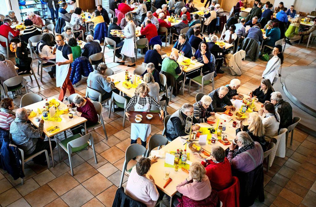 An den Tischen in der  neu renovierten Nürtinger Martin-Luther-Kirche herrscht reger Betrieb. Foto: Horst  Rudel