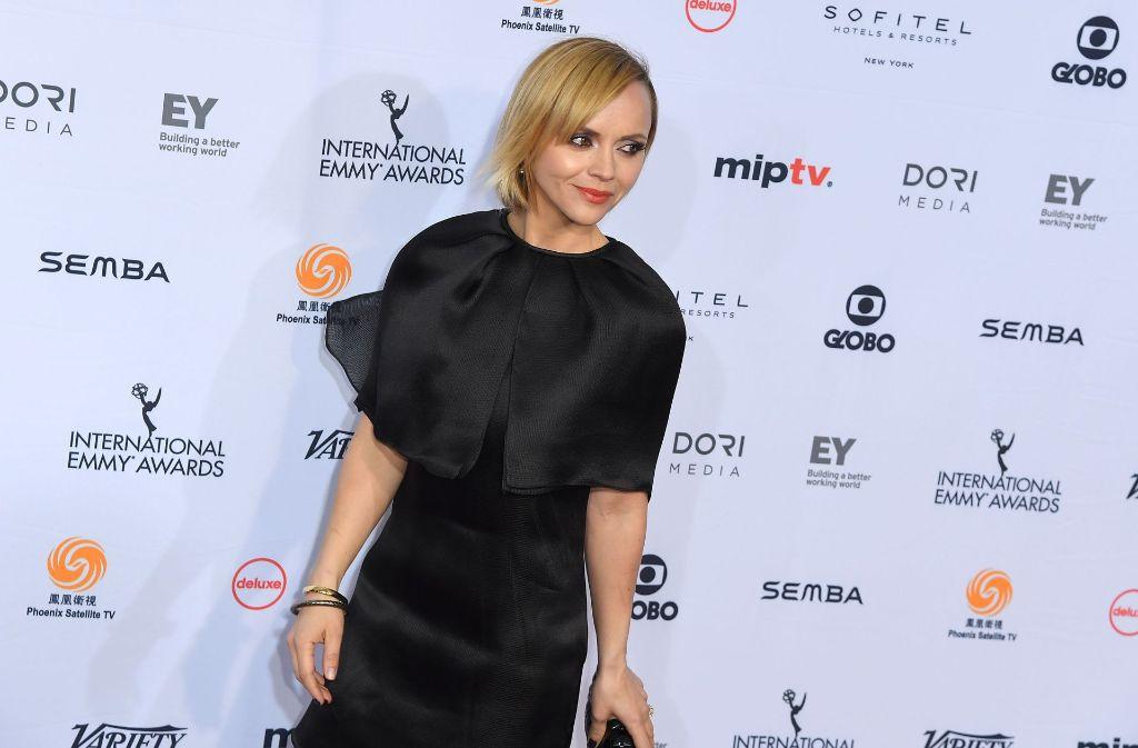 Christina Ricci trägt bei der Emmy-Verleihung in New York ein unvorteilhaftes Outfit. Foto: AFP