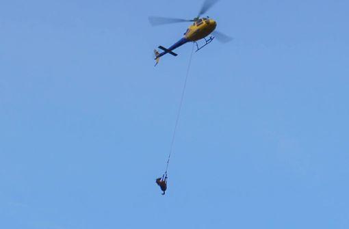Totes Pferd mit Hilfe eines Hubschraubers geborgen