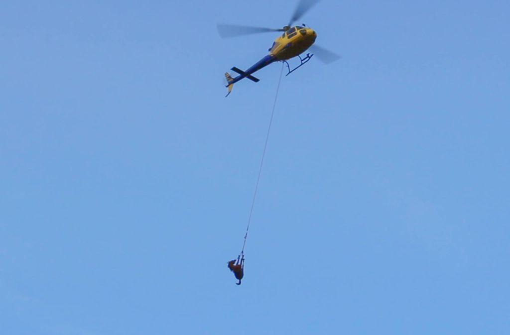 Mit einem Hubschrauber wurde das tote Tier geborgen. Foto: 7aktuell.de