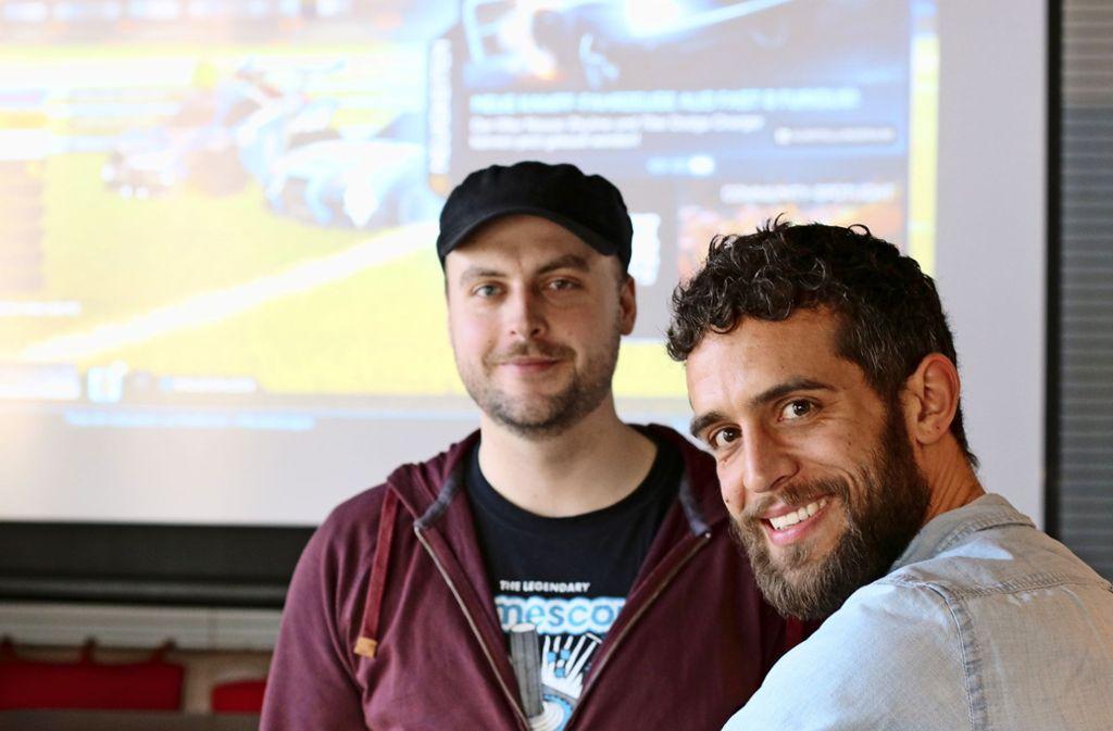 Aaron Sigmund (l.) und  Mark Bläsius  vor der Bildschirmwand Aaron Sigmund (links) und Mark Bläsius vor der Bildschirmwand Foto: Heine