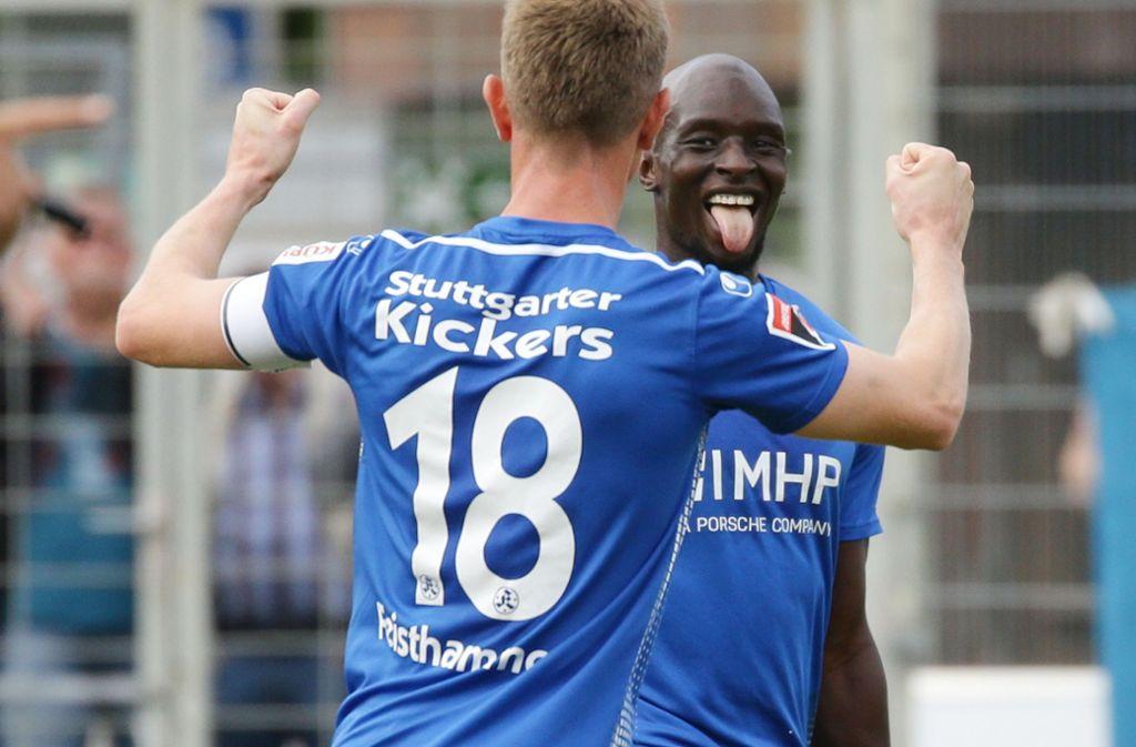 Bei den Kickers läuft es derzeit rund. Hier feiern Lhadji Badiane und Kapitän Tobias Feisthammel den 1:0-Führungstreffer gegen den SV Linx. Foto: Pressefoto Baumann