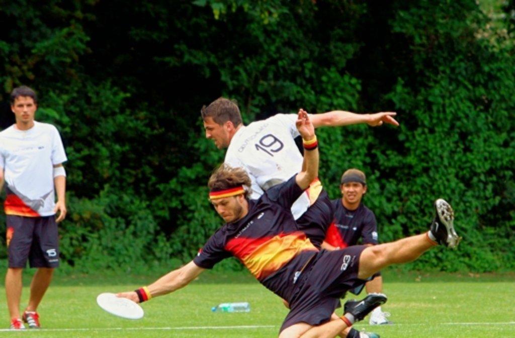 Ohne Einsatz geht es auch im körperlosen Sport Ultimate Frisbee nicht: Die Spieler entscheiden selbst, welche Aktion ein Foul ist. Foto: Gorr