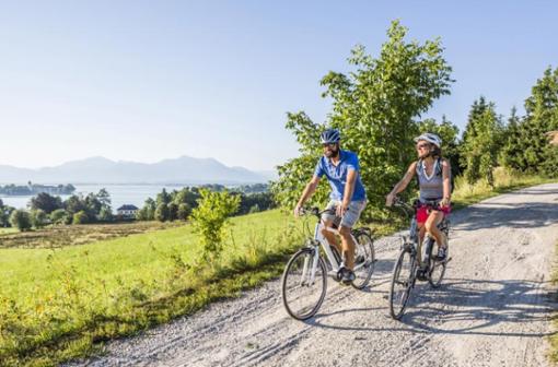 Radweg sowie Rundweg am Chiemsee bieten etwas für sportliche sowie Genuss-Radler.