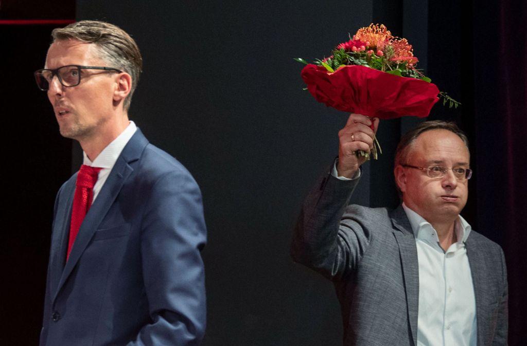 Der eine geschockt, der andere geschafft: Lars Castellucci (links) verlässt nach verlorenem Kampf um den Landesvorsitz die Bühne, Wahlsieger Andreas Stoch sieht einer arbeitsreichen Zukunft entgegen. Foto: dpa