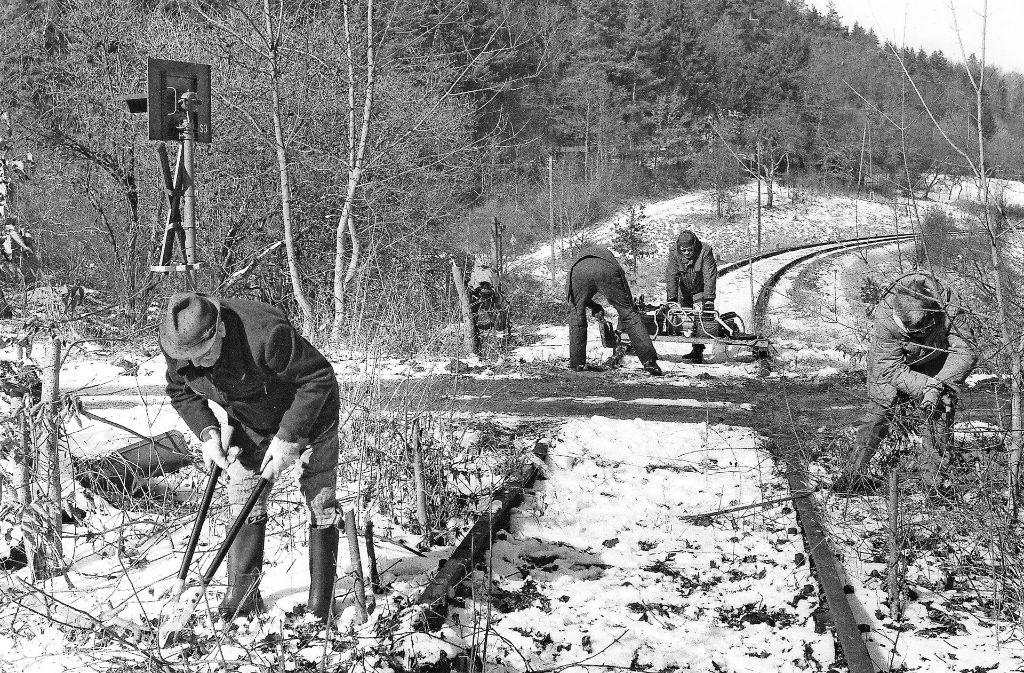 """Schon vor 15 Jahren aktiv: Die Bürger der Aktion """"Unsere Schwarzwaldbahn"""" schneiden hier die Hecke hinter Weil der Stadt klein. Foto: privat"""