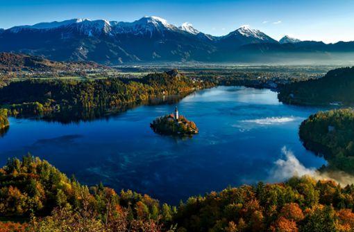 In Slowenien erleben Fahrradfahrer ein Naturspektakel vom feinsten. Das schöne Land ist vor allem für seine Berge und Seen bekannt. Zu sehen hier: Der malerische See in Bled.