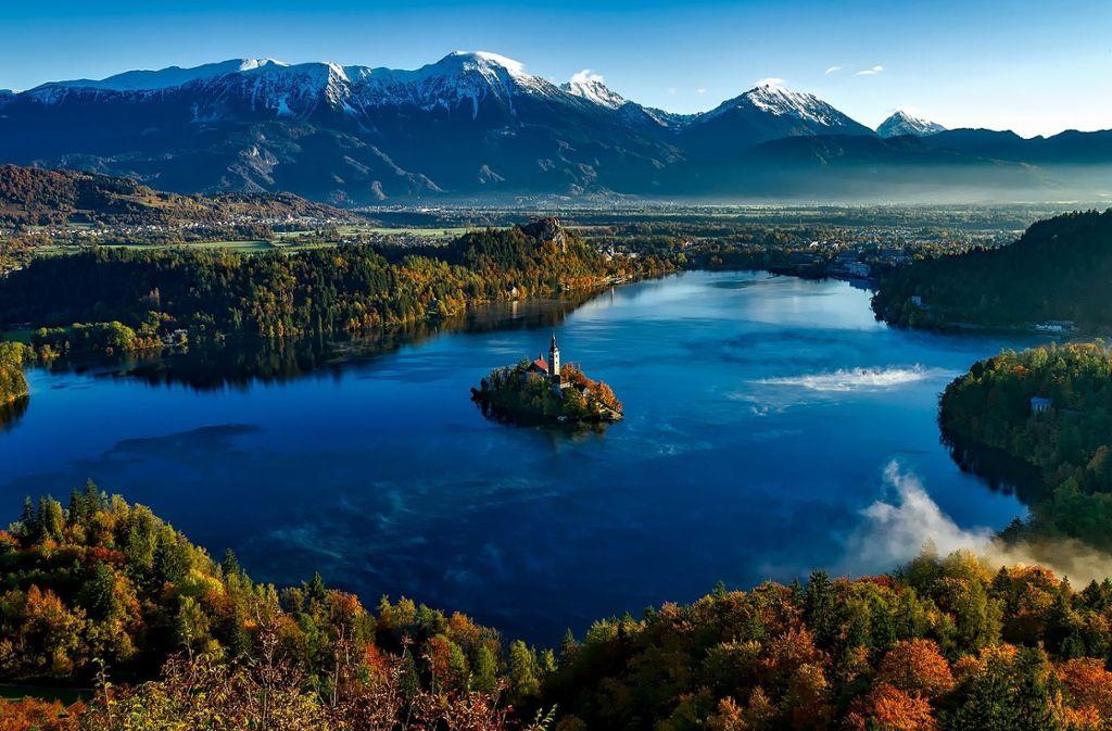 In Slowenien erleben Fahrradfahrer ein Naturspektakel vom feinsten. Das schöne Land ist vor allem für seine Berge und Seen bekannt. Zu sehen hier: Der malerische See in Bled.  Foto: Pixabay