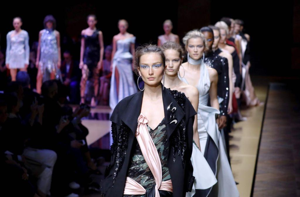 Die Herbst-/Winterkollektion von Versace in Paris. Foto: AFP