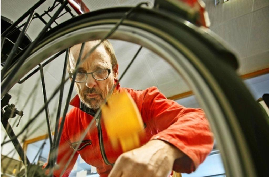 In Fahrradwerkstätten machen Ehrenamtliche  Drahtesel für Flüchtlinge  flott. Foto: Stoppel