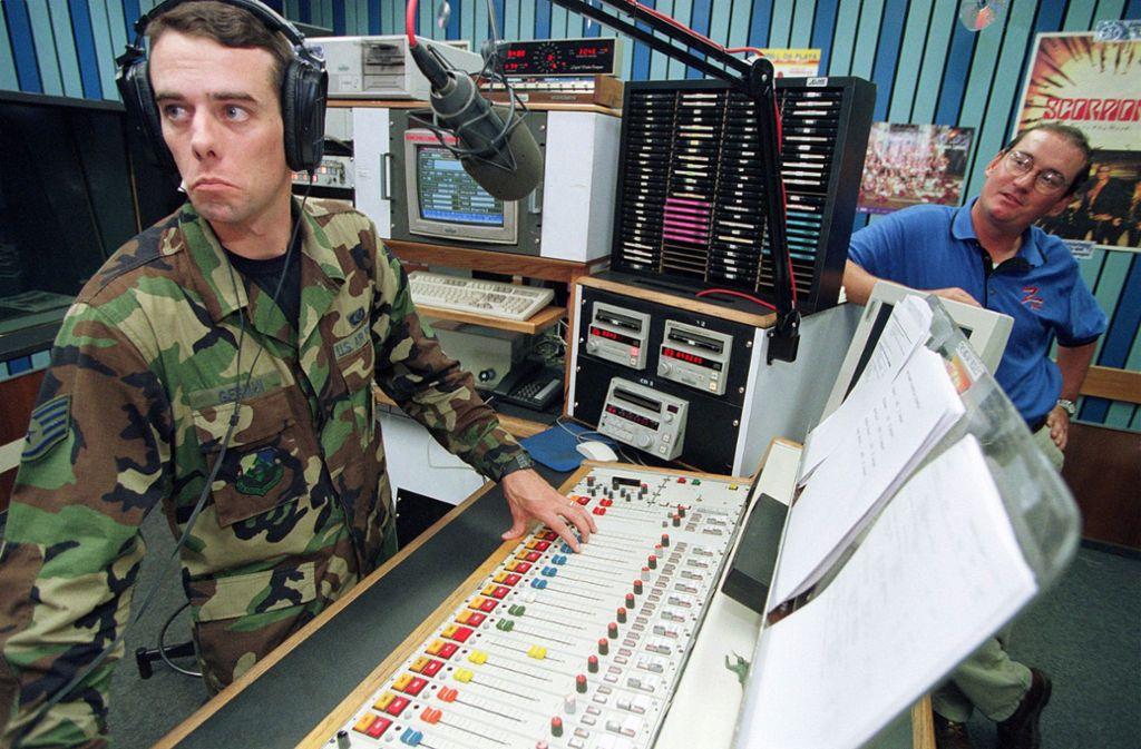 Der Moderator Steve German geht im heutigen  AFN-Studio Frankfurt auf Sendung. Foto: epd