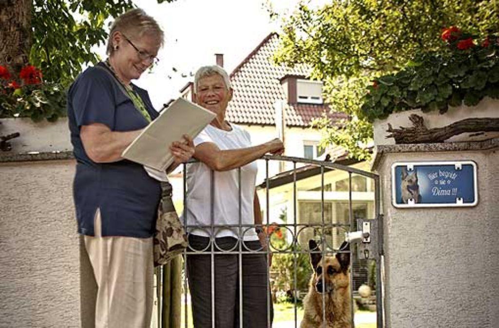 Dima ist ordnungsgemäß angemeldet, sagt Heide Goebbels, und Ursula Fornefeld-Schmitz notiert den Fall. Foto: Steffen Honzera