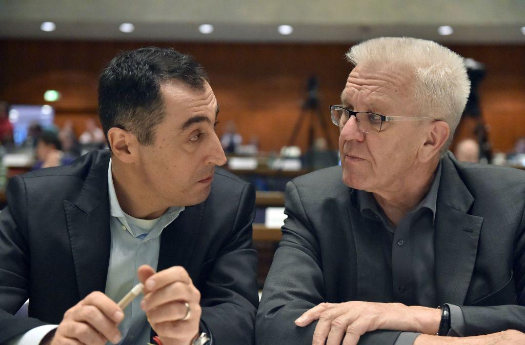 Cem Özdemir und Ministerpräsident Winfried Kretschmann Auge in Auge: Özdemir wurde mit Finanzexpertin Kerstin Andreae auf dem Grünen-Parteitag an die Spitze der Landesliste gewählt. Foto: dpa