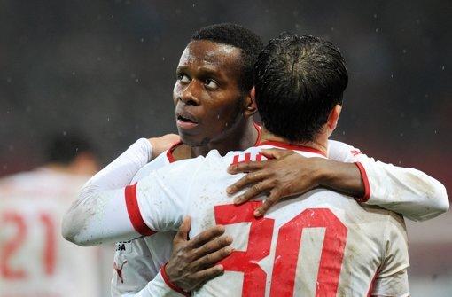 Erleichterung beim VfB: Ibrahima Traoré (hinten) und Tamás Hajnal Foto: dpa