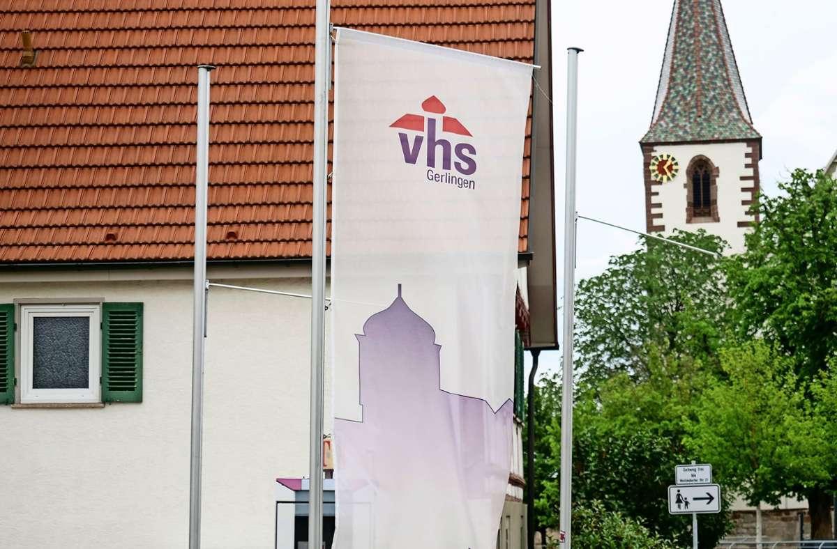 Die Fahne vor Gerlingens Volkshochschule ist nicht zu übersehen. Foto: factum/Simon Granville