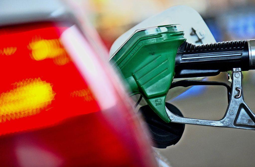Ein unbekannter wollte eine Tankstelle in Sindelfingen überfallen – scheiterte aber an einer mutigen Mitarbeiterin (Symbolfoto). Foto: dpa/Arno Burgi
