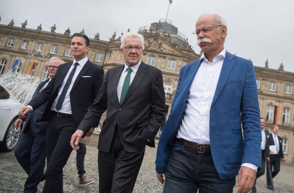Gemeinsam  gehen sie zum Treffen:  Daimler-Chef Dieter Zetsche,  Ministerpräsident  Winfried Kretschmann, Porsche-Finanzvorstand Lutz Meschke und Audi-Produktionsvorstand Hubert Waltl (von rechts). Foto: dpa