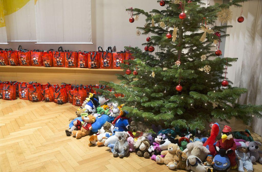 Auch viele Kinder sind zur Feier gekommen. Auf sie warten Geschenke unter dem Weihnachtsbaum. Foto: Horst Rudel