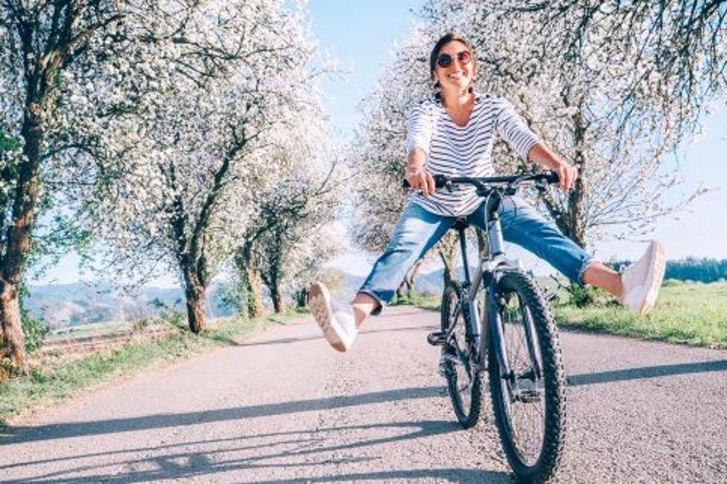 Strahlendes Wetter, strahlende Laune, rauf aufs Fahrrad - unsere Bildergalerie zeigt unsere persönlich liebsten Strecken für Frühlingsgefühle. Foto: Shutterstock/Soloviova Liudmyla