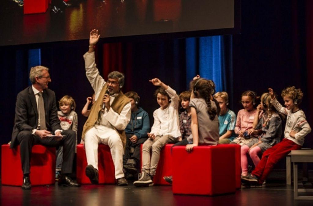 Lebhafter Auftritt des Nobelpreisträgers:  StZ-Chefredakteur Joachim Dorfs (links)  befragt Kailash Satyarthi  (Mitte). Auch  Schüler der Heusteigschule haben eine Reihe von  Fragen. Foto: Lichtgut/Max Kovalenko