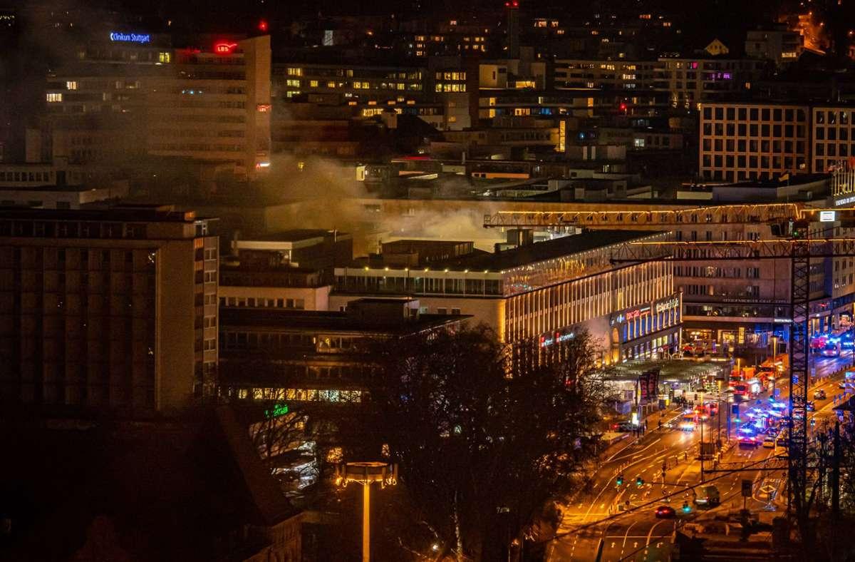 Wegen des Einsatzes sind in der Nacht mehrere Straßen nahe des Stuttgarter Hauptbahnhofs gesperrt gewesen. Foto: 7aktuell.de/Alexander Hald