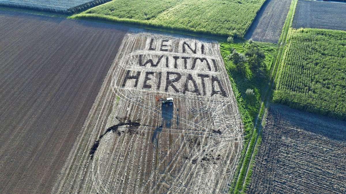 """""""Leni, wittmi heirata?"""" Fabian Bollingers  Antrag wurde in Dialekt geschrieben. Aus der Luft ist er deutlich zu sehen. Foto: privat"""