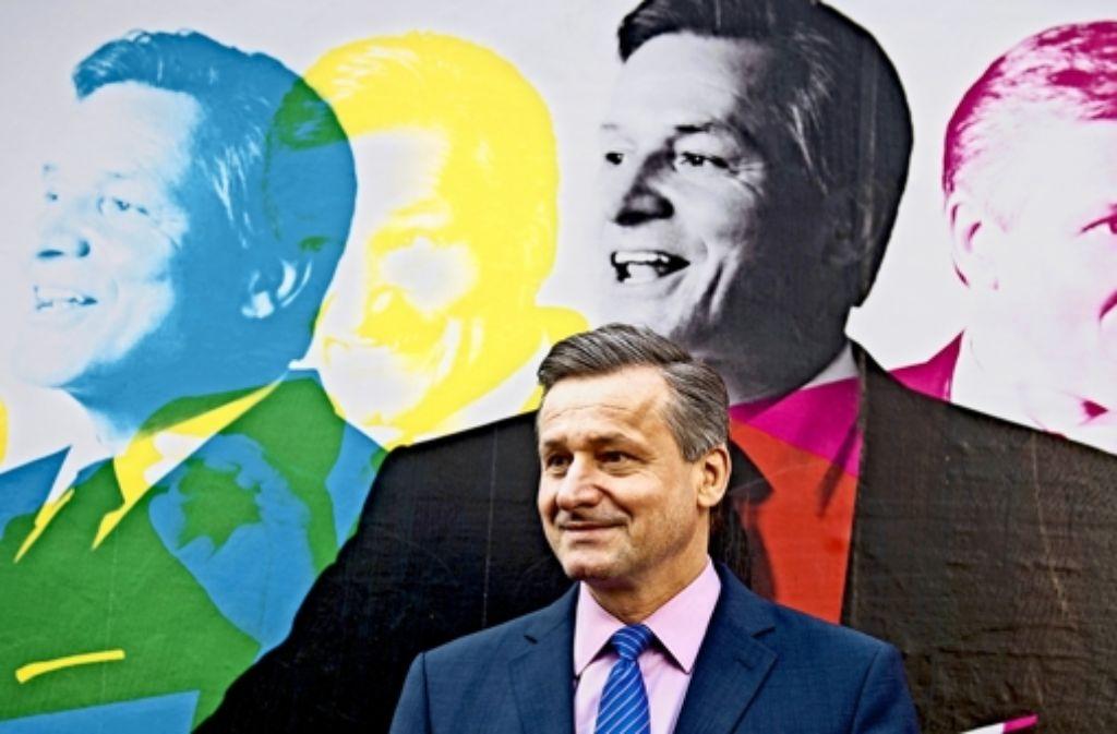 Das Original und sein Abbild in vier Versionen: FDP-Spitzenkandidat Hans-Ulrich Rülke präsentiert das erste Plakat für den Landtagswahlkampf. Foto: dpa