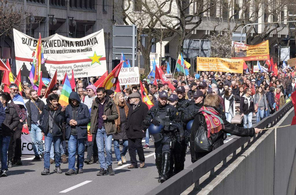 Die Teilnehmer des Ostermarschs liefen auch über die kurzzeitig gesperrte Hauptstätter Straße. Foto: Lichtgut/Michael Latz