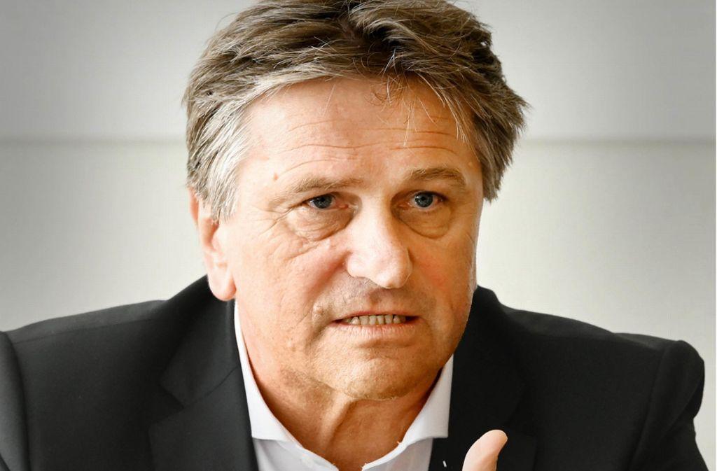Minister Lucha will pensionierte Ärzte für eine Mitarbeit gewinnen. Foto: dpa/Uli Deck