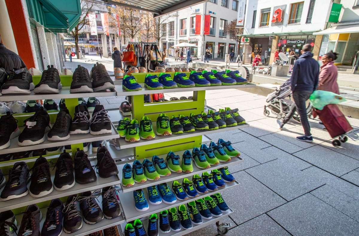 Etliche Kunden nutzten  das sonnige Wetter zu einem ersten Einkauf. Foto: Tilman Ehrcke/Staufenpress
