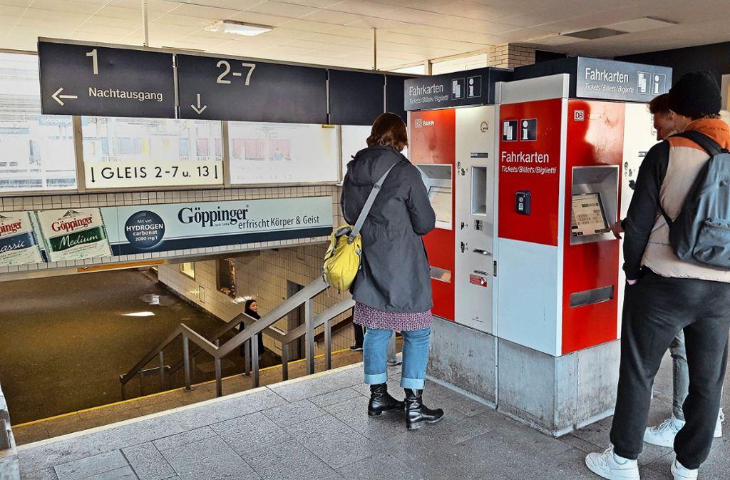 Ticketziehen für eine Fahrt in der gesamten Region soll für Menschen aus dem Kreis Göppingen von 2021 einfacher werden, denn dann gehört ihr Kreis zum VVS.Die Filstalbahn ist bereits in den VVS integriert, die Busverkehre im Kreis Göppingen kommen von 2021 ab dazu.Die Filstalbahn ist bereits in den VVS integriert, die Busverkehre im Kreis Göppingen kommen von 2021 an dazu. Foto: Archiv/StZ