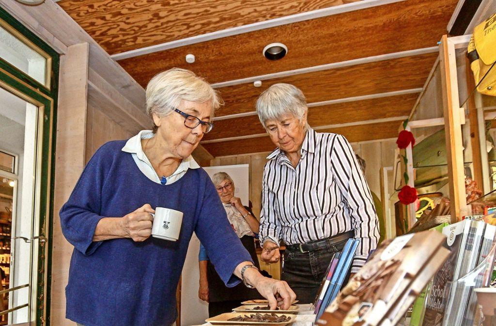 Helga Wiese (links) und Maria Zundel verkosten Kaffee und Schokolade Foto: factum/Bach