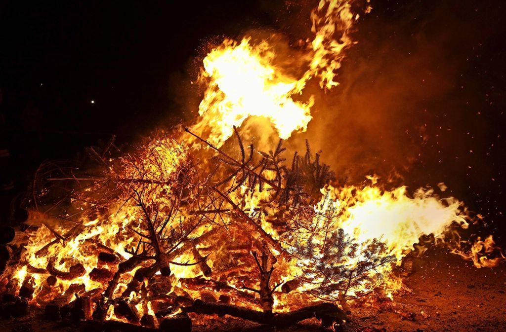 Meterhohes Feuer in Endersbach. Foto: Potente