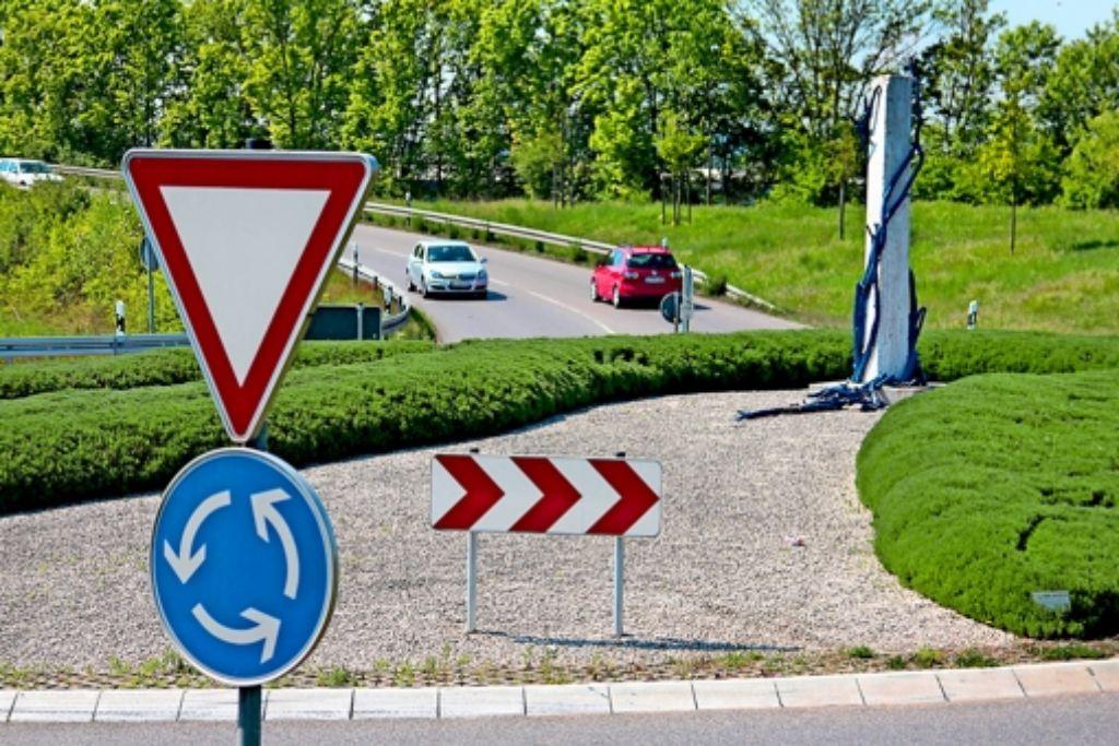 Sie muss weichen: die Stele des Pleidelsheimer Künstlers Jörg Failmezger auf dem Kreisverkehr der Gemeinde. Foto: factum/Granville