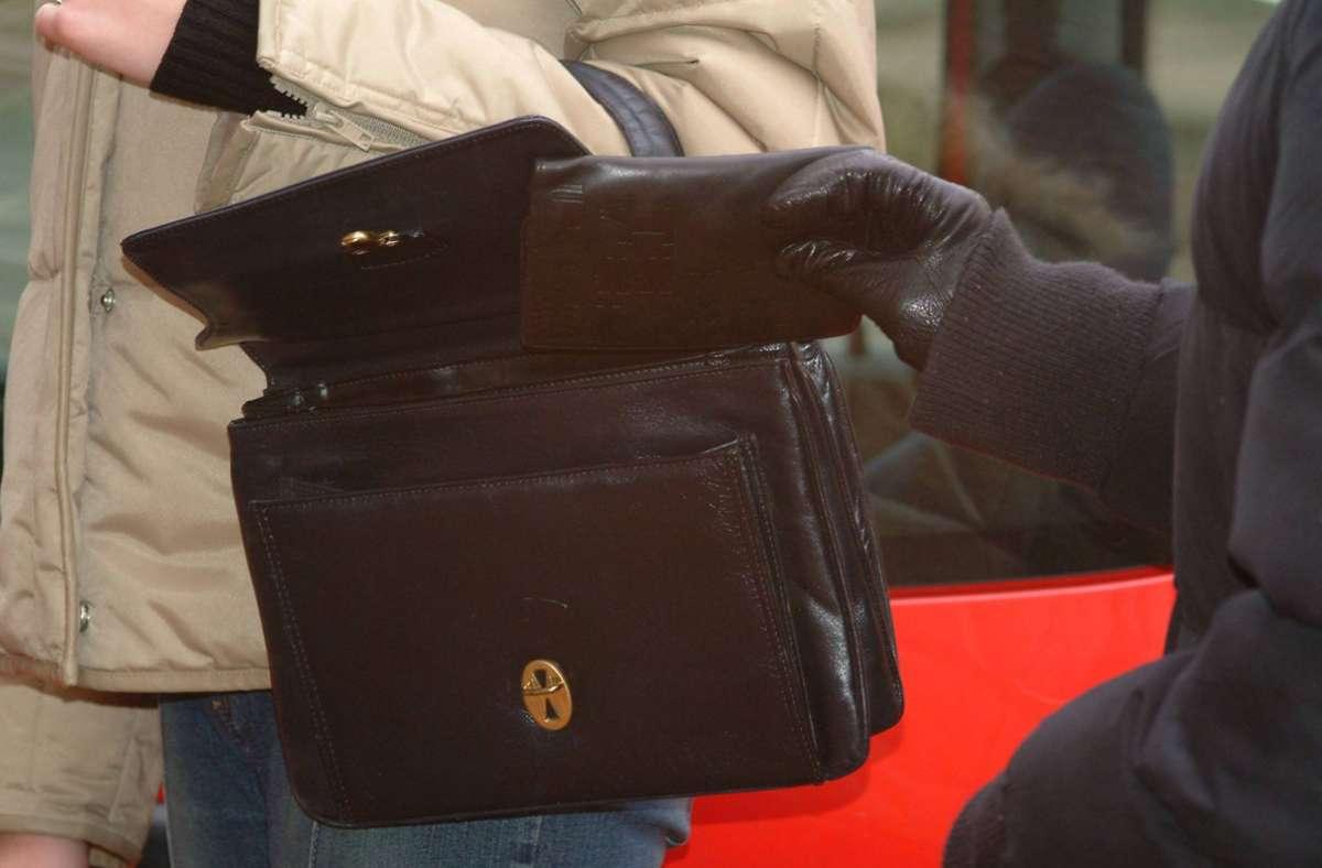 Der Unbekannte stahl der Seniorin die Handtasche. (Symbolbild) Foto: imago/Becker&Bredel/bub