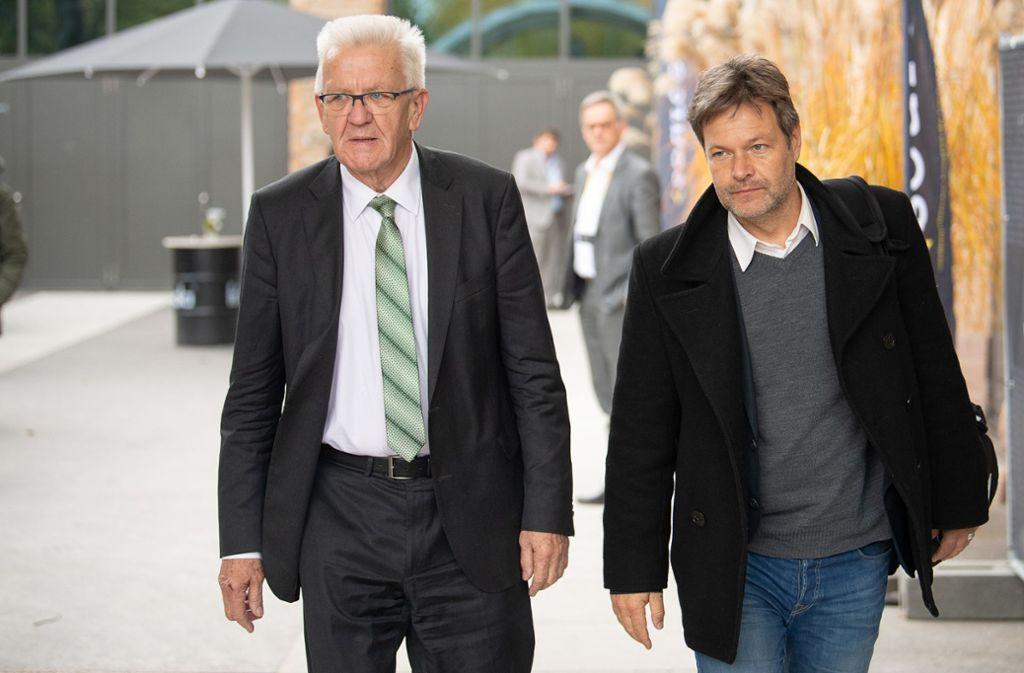 Zu Gast beim ersten medienpolitischen Kongress des Landes in den Stuttgarter Wagenhallen: Die Grünen-Politiker Winfried Kretschmann (links) und Robert Habeck Foto: dpa/Sebastian Gollnow