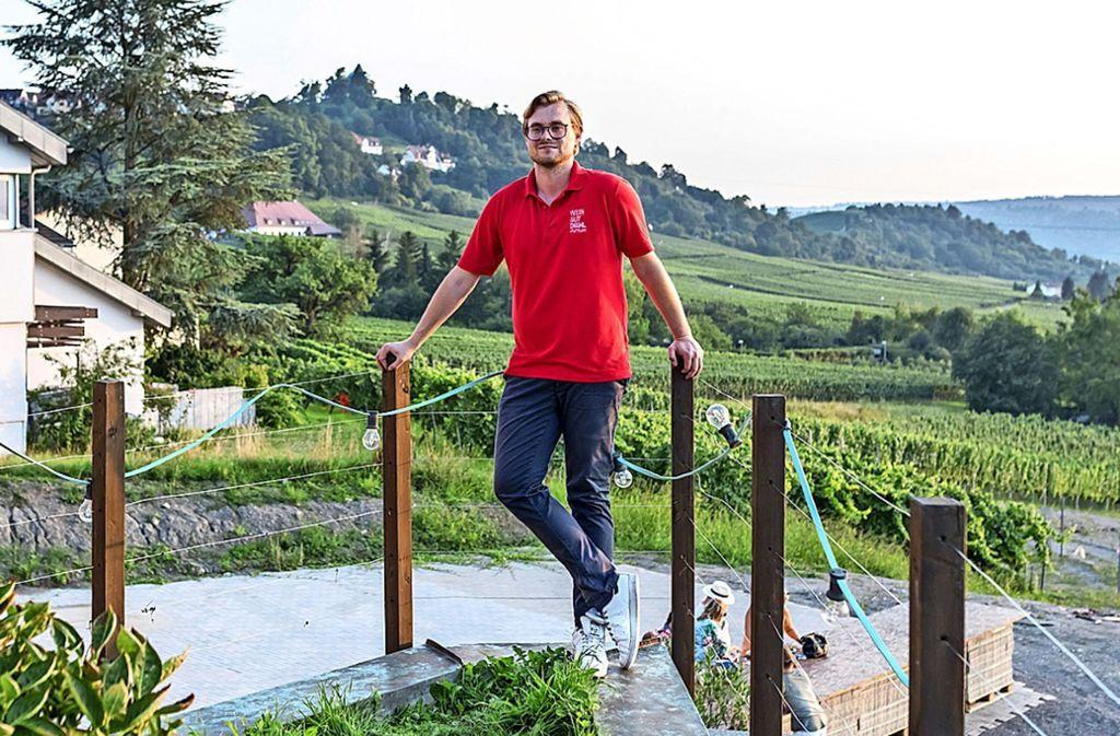 Thomas Diehl, seit Anfang des Jahres Chef des Weingutes Diehl, über der Terrasse, die er nicht mehr nutzen darf. Foto: Andreas Engelhard