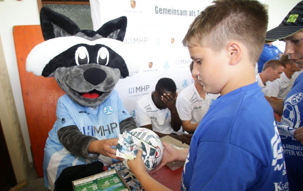 In Gärtringen haben die Stuttgarter Kickers am Sonntag ihre Fans empfangen. Zum ersten Mal mit dabei: das neue Maskottchen Waldi. Foto: Pressefoto Baumann