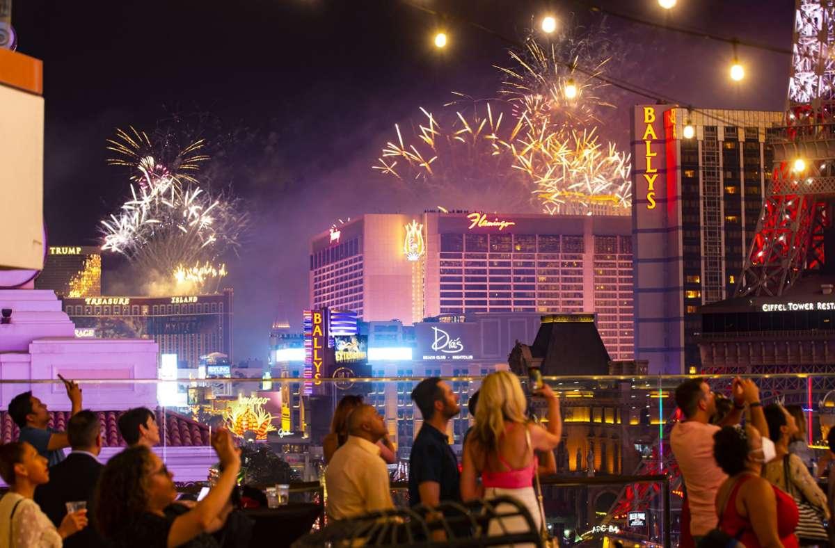 In Las Vegas bestaunten Menschen das Feuerwerk zum Unabhängigkeitstag. Foto: dpa/Chase Stevens