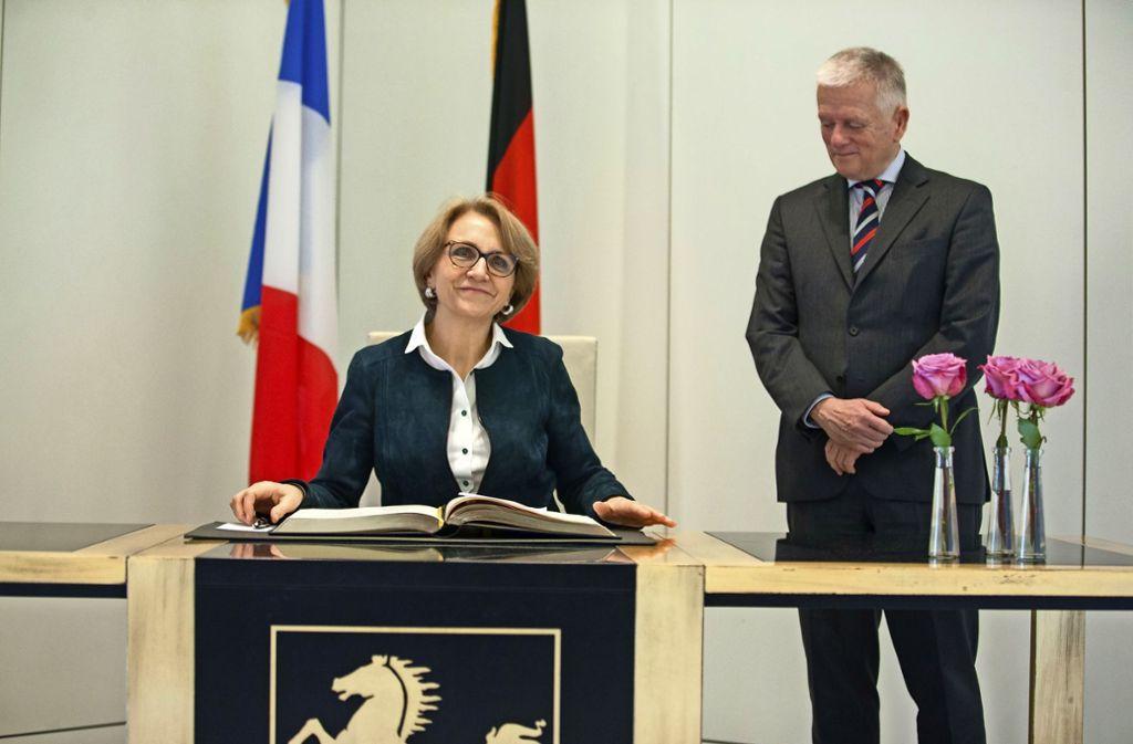 Die französische Botschafterin hat sich auch in Stuttgarts Goldenes Buch eingetragen. Foto: Lg/ Piechowski