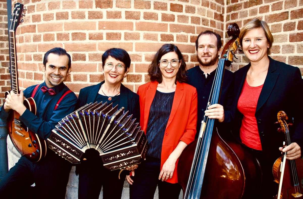 Tango Sí! (von li.): Israel Vázquez (Gitarre), Karin Eckstein (Bandoneon), Sarah Umiger (Klavier), Florian Bony (Kontrabass), Christiane Holzenbecher (Geige). Foto: Verena Schauerte